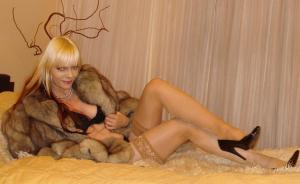 Sexy blondýnka v kožichu foot - Obrazek 1